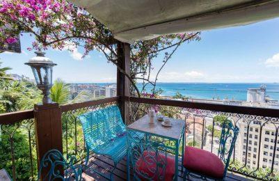 Um café com o toque especial da vista da Baía de Todos os Santos