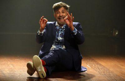 Fernando Guerreiro comemora um ano do espetáculo Revele no Teatro Castro Alves