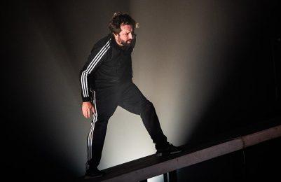 Gregório Duduvier apresenta comédia sobre o mundo caótico no TCA